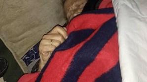 Idosa de 93 anos recebe alta após quatro meses e fica a dormir na rua no Porto