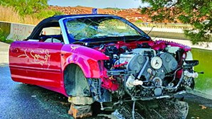 Audi descapotável abandonado em área de descanso da A22 em Faro