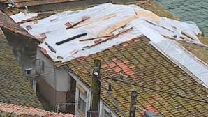 Grua que caiu em cima de habitações no Porto já foi retirada