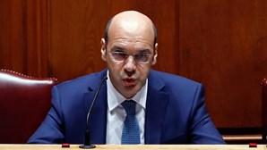 """Decisão de suspender voos de Portugal para Reino Unido é """"extrema"""", afirma ministro da Economia"""