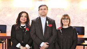 Bispo auxiliar de Lisboa de cravo ao peito recebe medalha de honra