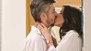 """Bárbara e Tiago beijam-se com paixão em """"Alguém Perdeu"""""""