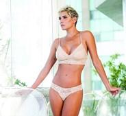 Deborah Secco arrasa em lingerie