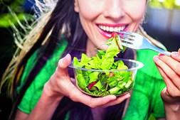 Saladas verdes garantem a hidratação necessária durante os meses mais quentes