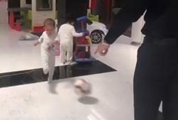 Filho mais novo de Cristiano Ronaldo já mostra dotes para o futebol