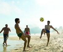 Jogar futebol na praia é um hábito para milhares de portugueses