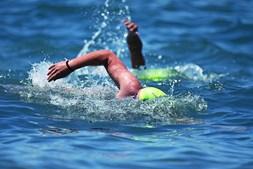 Natação em águas abertas é um dos desportos de praia