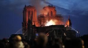 Catedral de Notre-Dame engolida pelas chamas