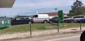Filas intermináveis nas bombas de combustível param estradas de Portugal