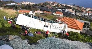 Autocarro cai sobre casa e mata 29 pessoas na Madeira