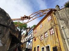 Grua cai e danifica casas no centro do Porto