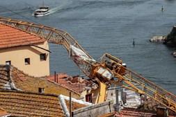 Grua danifica casas no Porto