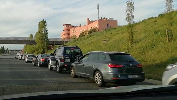 Vídeo mostra fila para abastecer em bomba de gasolina em Lisboa