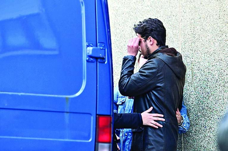 Filho mais velho de Heila Lopes acompanha saída de casa do corpo da mãe