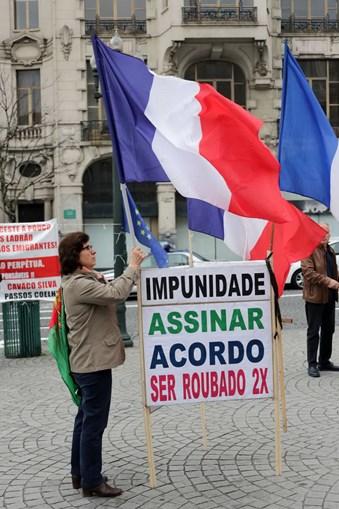 Lesados do BES em protesto ruidoso no Porto prometem continuar na rua