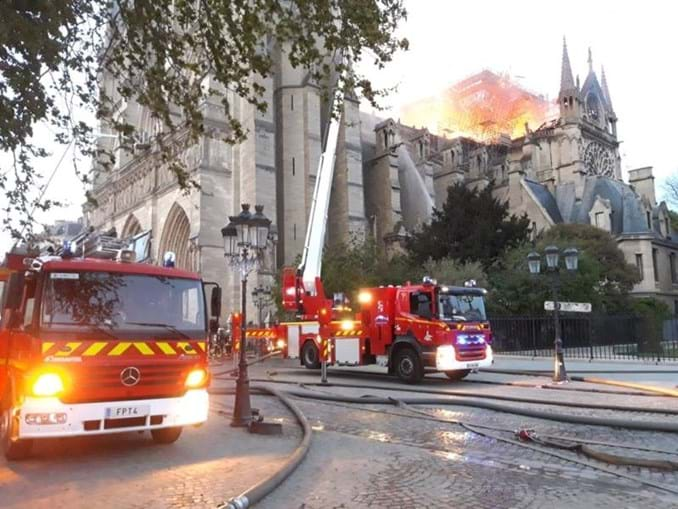 Bombeiros combatem o fogo em Notre-Dame