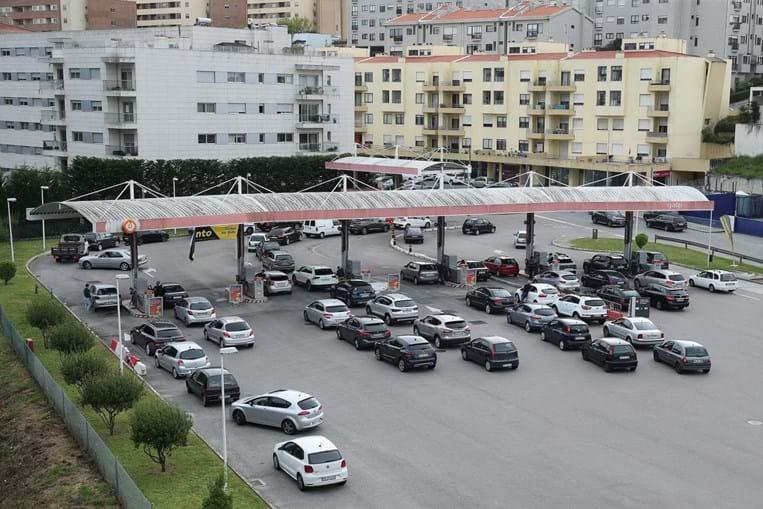 Longas filas nos postos de combustível