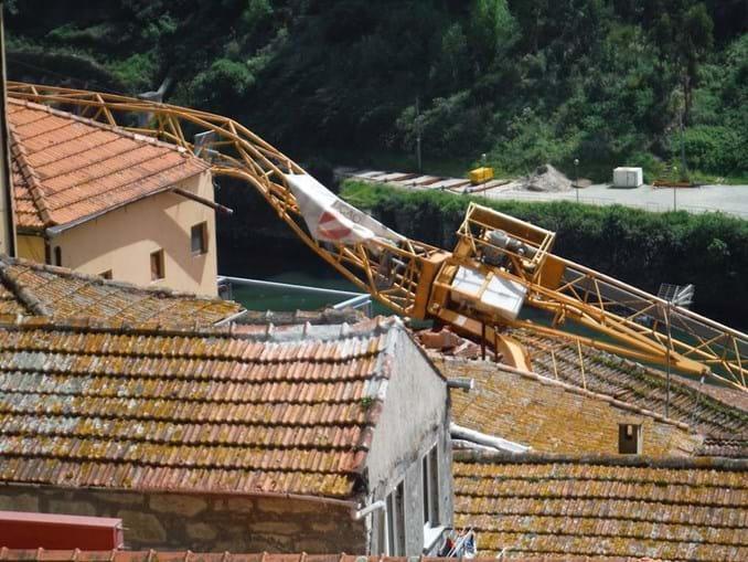 Grua cai e danifica quatro casas no centro do Porto