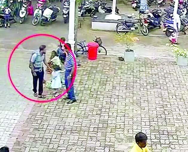 Momento em que o terrorista se cruza com uma menina, no largo em frente à Igreja onde se fez explodir