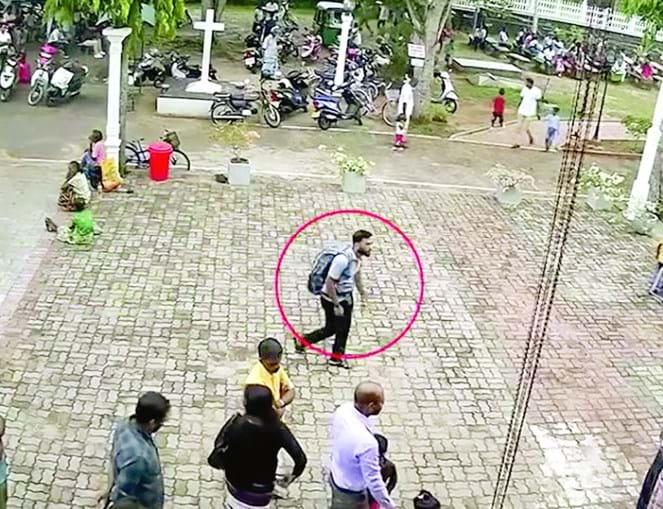 Homem-bomba avança em direção à entrada do templo, com os explosivos na mochila que carrega ás costas