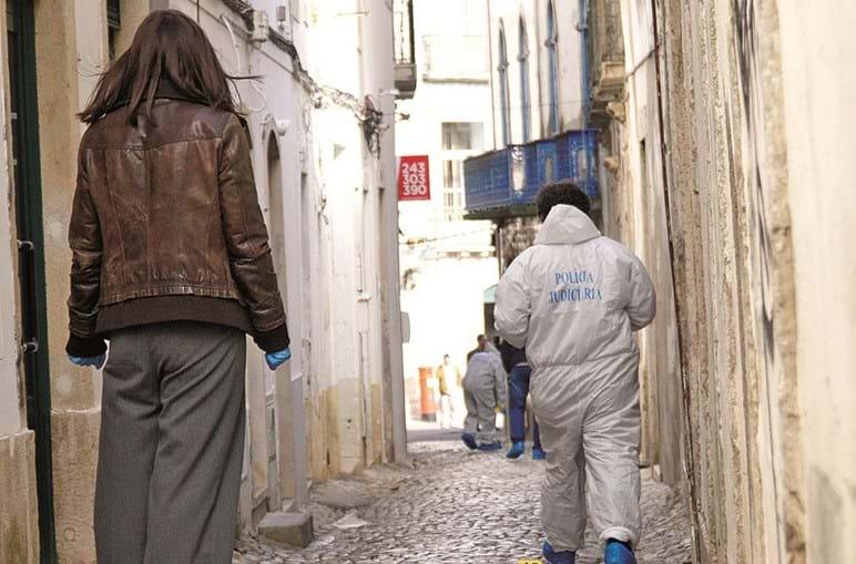 Polícia Judiciária junto à habitação onde ocorreu o crime