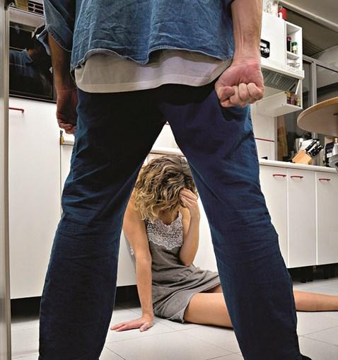 Vítima foi agredida pelo agressor, que lhe controlava os movimentos