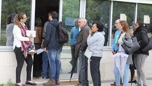 Utentes madrugam em Oeiras para fazer o Cartão de Cidadão
