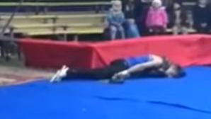 Artista de circo morre estrangulado por cobra em plena atuação