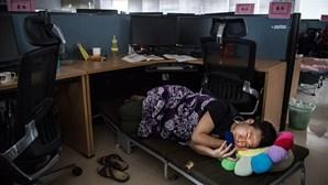 Huawei, a empresa onde os trabalhadores dormem debaixo das secretárias