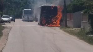 Autocarro consumido pelas chamas em Sesimbra