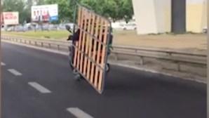 Motorista da Uber Eats faz uma entrega em Lisboa... mas desta vez não foi comida