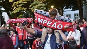 Milhares de benfiquistas celebraram nas ruas a reconquista do campeonato nacional
