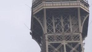 Torre Eiffel evacuada após homem tentar escalar monumento