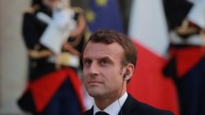 Aumento de casos Covid-19 leva França a ampliar confinamento a todo o país e a fechar escolas três semanas