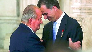 Juan Carlos anuncia que vai viver fora de Espanha