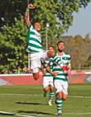Raphinha festeja o primeiro golo do Sporting. Bruno Fernandes, mais atrás, fez um inédito hat-trick