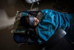 Trabalhador da Huawei descansa no seu local de trabalho