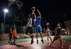 Trabalhadores da Huawei em momento descontraído a jogarem basquetebol