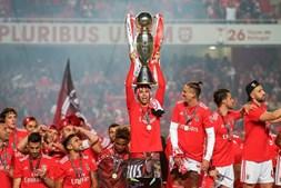 Equipa do Benfica ergue taça do título no relvado do Estádio da Luz
