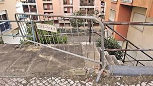 Barreiras de segurança colocadas pela Câmara de Sintra, mas sem previsão de reconstrução da estrutura degradada