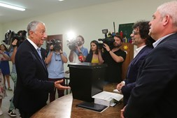 Marcelo Rebelo de Sousa exerce direito de voto na sede da antiga Junta de Freguesia de Molares, em Celorico de Basto