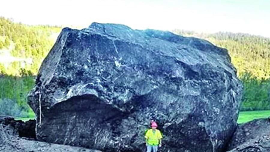 Pedra do tamanho de casa destrói estrada