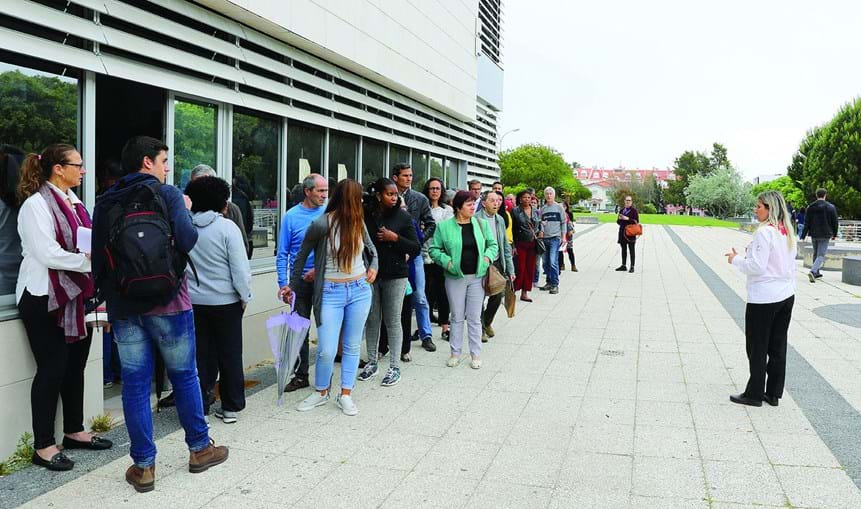 Utentes esperam para serem atendidos na Conservatória de Oeiras