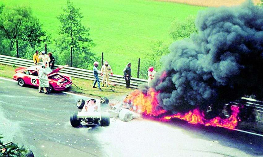 Imagem do terrível acidente que quase lhe tirou a vida, em 1976, no circuito de Nurbur- gring. Seis semanas depois voltava às corridas.