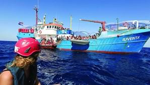 Amnistia lança petição por tripulantes de navio que resgataram migrantes e arriscam prisão