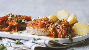 Receita fresca: bife de atum com tomate e pimentos