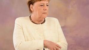 Angela Merkel volta a tremer em evento e levanta rumores de doença