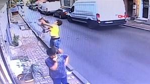 Jovem de 17 anos salva a vida de criança que caiu de varanda