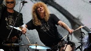 Antigo baterista dos Guns N' Roses hospitalizado após se esfaquear