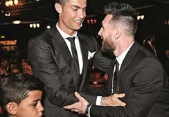 Cristiano Ronaldo, ao lado do filho Cristianinho, cumprimenta Messi